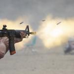 Hombre disparando