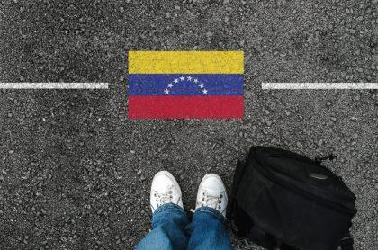 Hombre en tenis y la bandera de Venezuela
