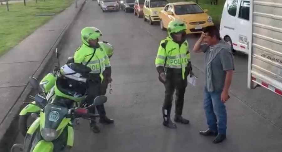 Discusión entre policía y conductor