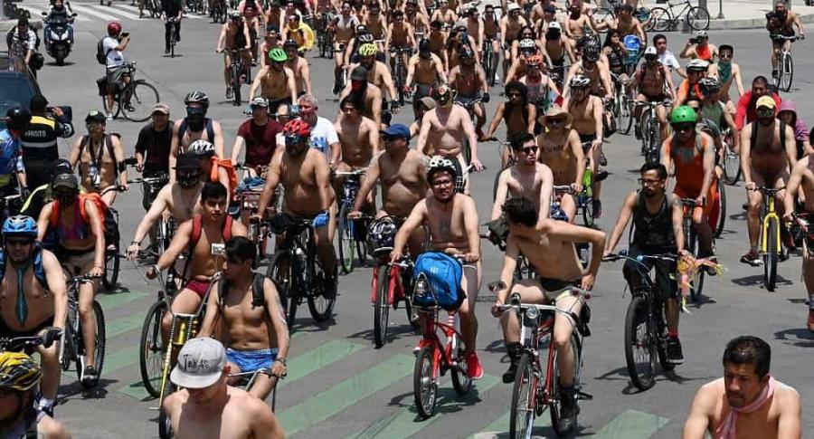 Ciclistas desnudos por calles de Ciudad de México