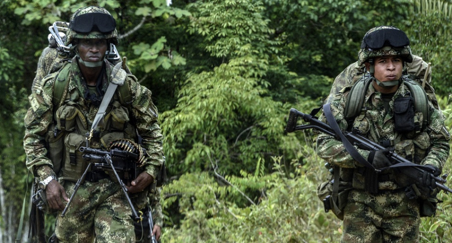 Soldados patrullando