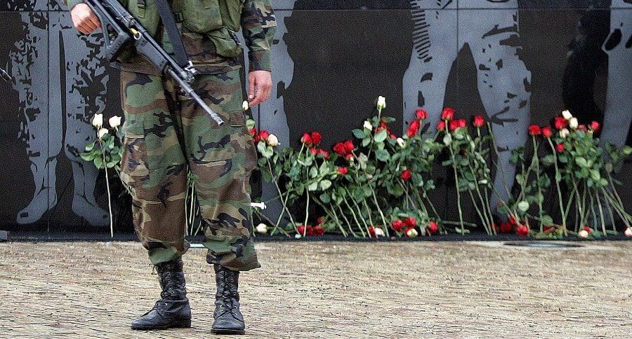 Militares con rosas