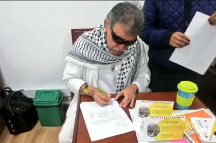 'Jesús nSantrich' firmando acta de su posesión.