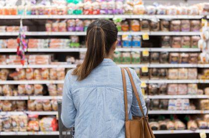 Mujer en el supermercado.