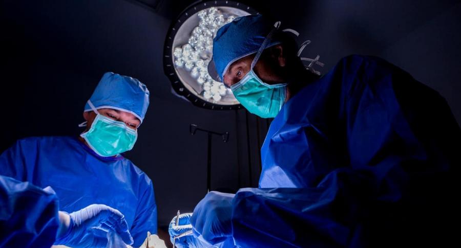 Médicos en cirugía