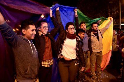 Hombres y mujeres con bandera LGBTI