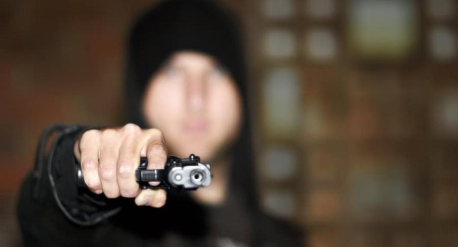 Ladrón con revólver.