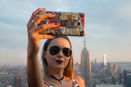 Joven toma selfi.