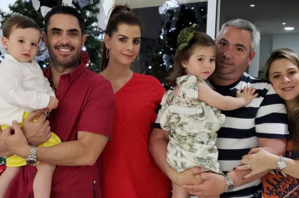 El actor Lincoln Palomeque con su pareja, la presentadora Carolina Cruz, su hijo Matías, y su hermano Juan Pablo Palomeque, que está con su esposa  María Paula García y su hija Mariana.