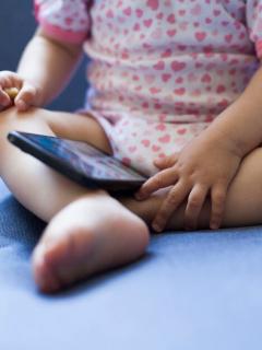 Bebé con un celular.