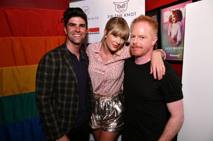 Justin Mikita, Taylor Swift, y Jesse Tyler Ferguson.