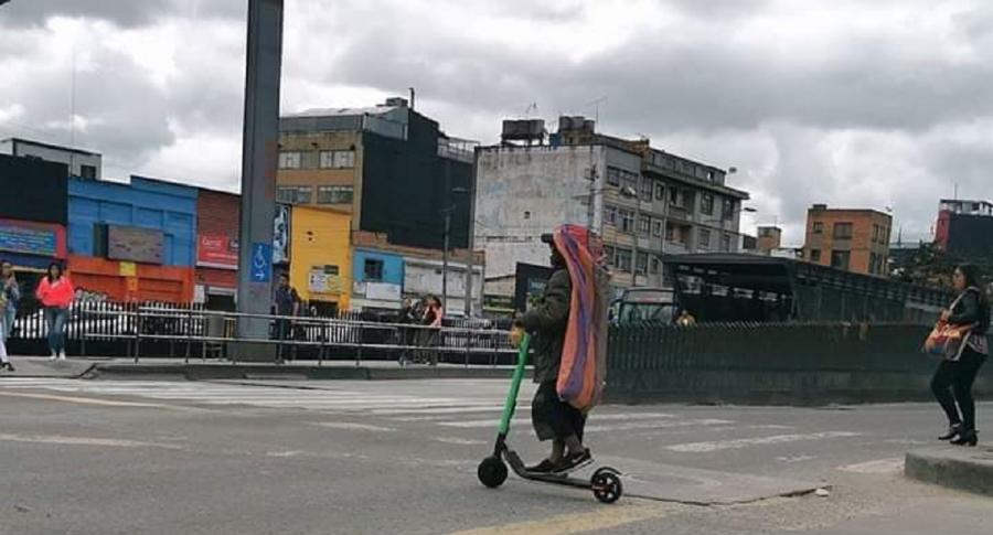 Habitante de calle conduciendo patineta eléctrica.