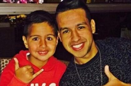 Martín Elías Díaz, cantante, con su hijo.