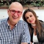 Jota Mario Valencia, presentador, y Gineth Fuentes.