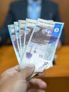 Persona entregando dinero a juez.