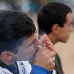 Hombre prendiendo cigarro de Marihuana