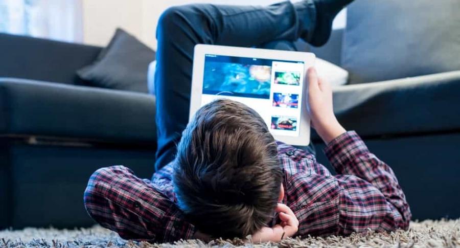 Niño viendo videos de YouTube en tablet