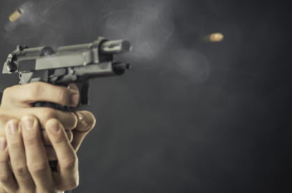 Persona disparando