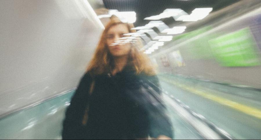 Mujer en una estación de tren.