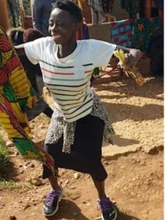 Mujer africana baila.