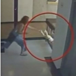 Mujer salva a su bebé.
