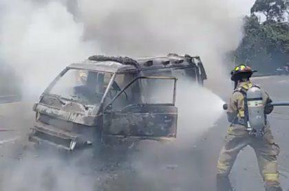 Ambulancia incendiada y destruida en la circunvalar en Bogotá. Imagen Twitter @BomberosBogota