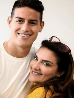 James Rodríguez, futbolista, y su mamá, Pilar Rubio.