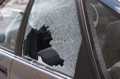 Carro con vidrios rotos.
