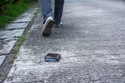 Billetera en el piso