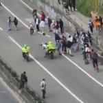 Enfrentamiento de policías y jóvenes