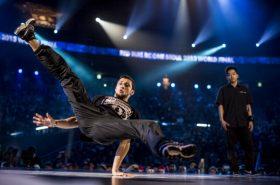 Joven practicando break dance