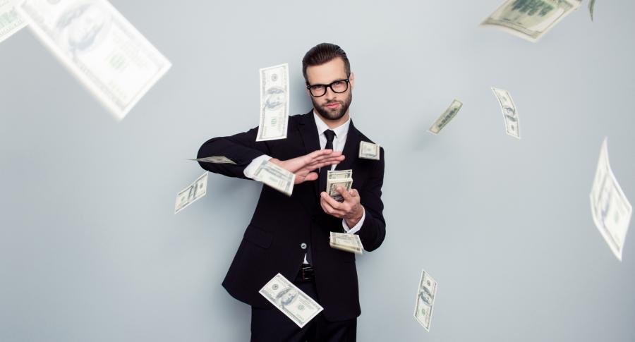 Hombre lanzando billetes