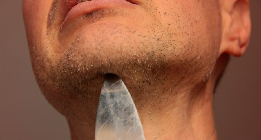 Hombre con cuchillo en el cuello