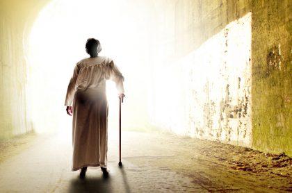 Anciana caminando hacia la luz
