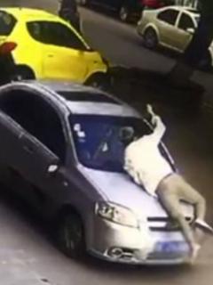 Hombre arrastrado por un carro en China