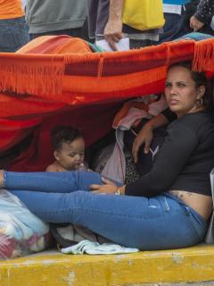 Mujer venezolana con niño