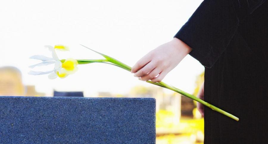 Mujer en el cementerio.