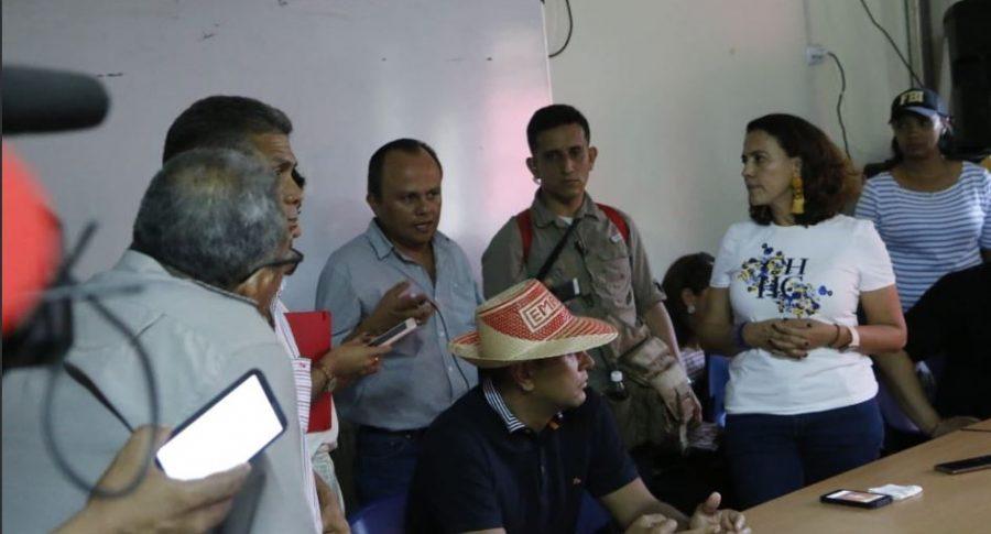 Nancy Patricia Gutiérrez, ministra del Interior, con líderes del paro en La Guajira.