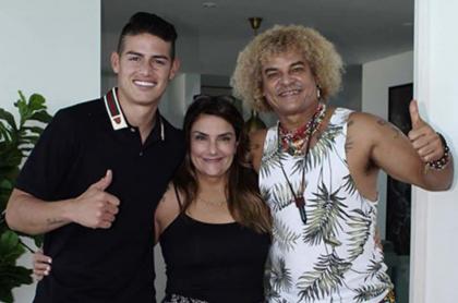 James Rodríguez, futbolista, junto a su mamá, Pilar Rubio, y 'el Pibe Valderrama', exfutbolista.