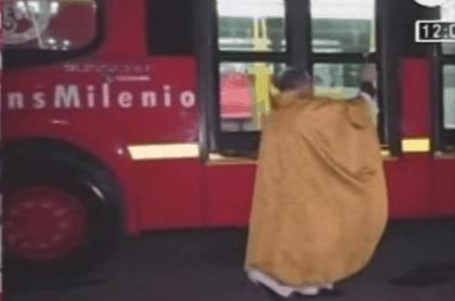 Sacerdote bendijo nuevos buses de Transmilenio