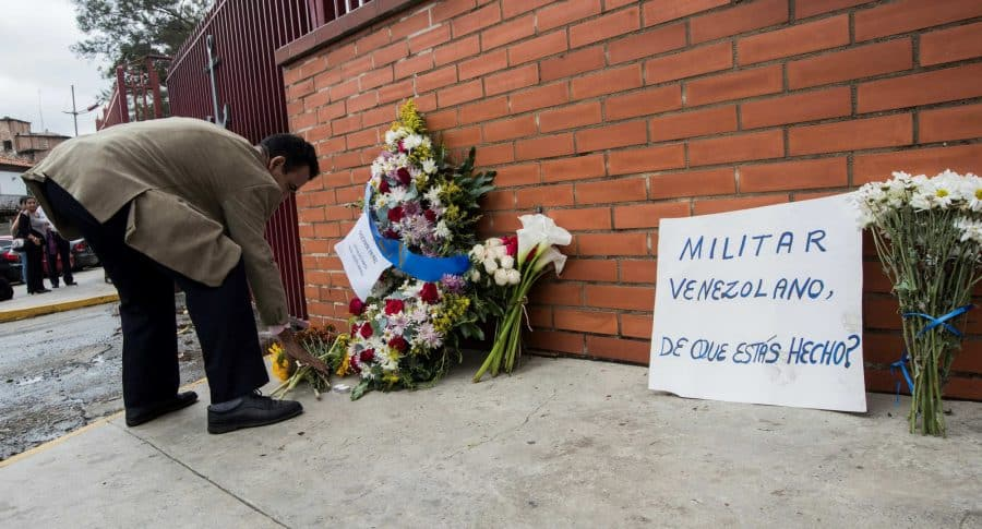 Ofrendas al militar asesinado  Rafael Acosta