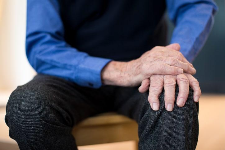 Hombre (anciano) con Parkinson