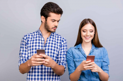 Pareja con celulares