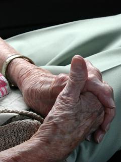 Anciana sentada.
