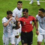 Jugadores argentinos reclaman al árbitro ecuatoriano Roddy Zambrabo