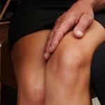 Hombre con la mano en la rodilla de una mujer. Abuso sexual.