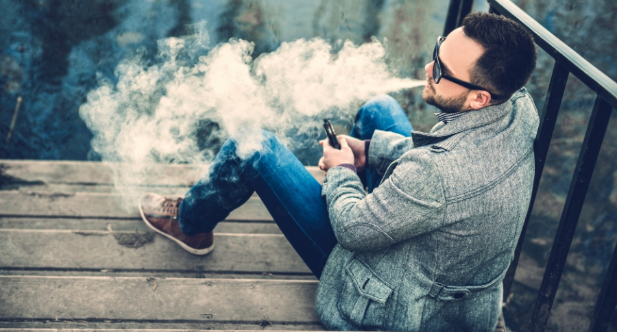 Hombree con cigarrillo electrónico.