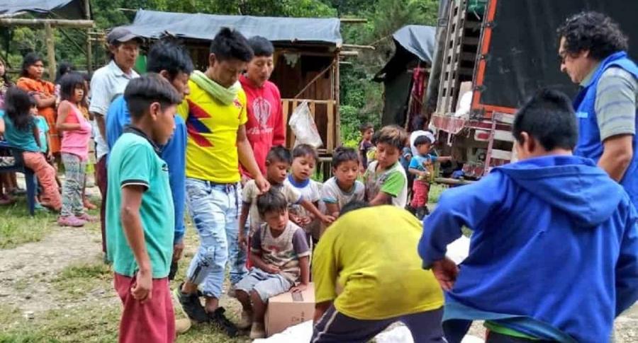 Víctimas indígenas recibiendo ayuda