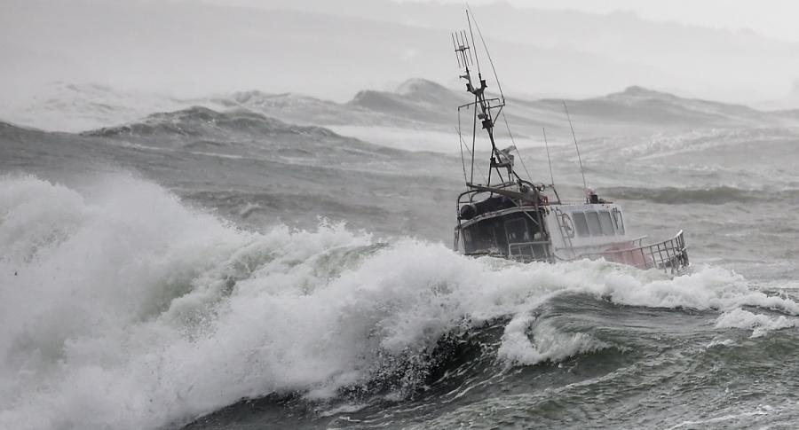 Barco en medio de mar picado