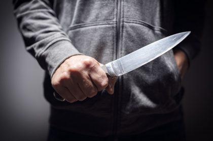 Hombre empuñando un cuchillo.